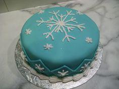 Snowflake cake, winter cake. Un gâteau de flocons de neige.