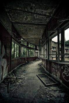Photo Le sanatorium du Vexin - Sanatorium du Vexin Plus Abandoned Buildings, Abandoned Mansions, Old Buildings, Abandoned Places, Apocalypse Aesthetic, Post Apocalyptic Art, Futuristic Architecture, Haunted Places, Urban Exploration