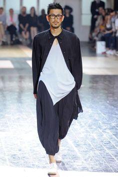 Yohji Yamamoto Spring 2013 Menswear Fashion Show High Fashion, Fashion Show, Fashion Outfits, Mens Fashion, Fashion Design, Fashion Gallery, Yohji Yamamoto, Ethno Style, Herren Outfit