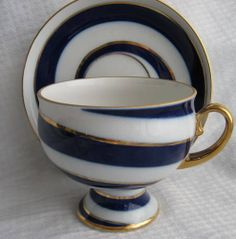 In this Set, the Lomonosov Cup and Saucer's color scheme is engaged in a contemporary pattern that embraces the curved shape of the cup and the rounded edge of the saucer.
