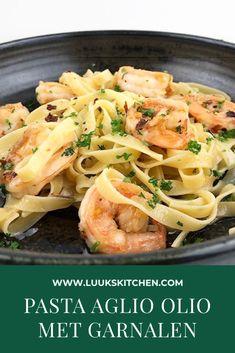 Pasta aglio olio met garnalen - Pasta aglio olio is niets minder dan pasta, knoflook en (olijf)olie. Het is zo basic en puur dat ik - Aglio Olio, Wassail Recipe, Scallop Recipes, Foods With Gluten, World Recipes, Pasta Recipes, Pasta Salad, Food To Make, Macaroni And Cheese