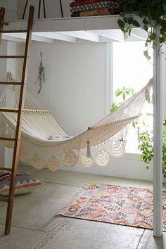 Cantinho do descanso: rede, tapete e almofada, os últimos dois estampados, compõem este espaço.