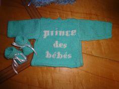 Le bébé pour qui était encore destinée cette brassière et les chaussons est vraiment le petit prince de la famille