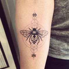 Merci Sania et Aubin ! #abeille #geometrictattoo #violette #bleunoir #blackwork #dotwork #onlyblackart #blacktattooart #violettetattoo #bleunoirtattoo