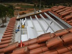 ISOLAMENTO TÉRMICO DE COBERTURAS A zona da cobertura é a que está sujeita a maiores amplitudes térmicas. Por isso o isolamento térmico da cobertura é uma das medidas prioritárias quando se pretende melhorar o conforto térmico e a eficiência energética de uma habitação. www.renobuild.pt/servicos/isolamento-termico/ Diy Clay, Clay Crafts, Algarve, Shed Homes, Thermal Insulation, Architecture, Wood, House, Skylight