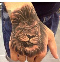Ola lion Old Tattoos, Badass Tattoos, Body Art Tattoos, Sleeve Tattoos, Tatoos, Hand Tattoos Pictures, Hand Tattoo Images, Picture Tattoos, Family Tattoos