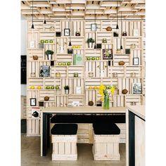 Que tal para uma área com churrasqueira ? / Um bar mais tranzado? Acho que rola sim!  SnapWidget   Caixas de madeira usadas de um jeito incrível, e ainda por cima com detalhes em verde e amarelo! Restaurante Pressed Juices, com projeto assinado pelo estúdio de design australiano Every. #design #arquitetura #interiores #caixas #verdeamarelo #vaiBrasil