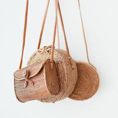 Fashion designers tend to turn back to the earthy style and nature-inspired setting; the bamboo clutch bags come to be the most popular stylish bags for women Love Street Apparel, Types Of Purses, Earthy Style, Girly, Purses And Handbags, Straw Bag, Bucket Bag, Fashion Accessories, Wedding Accessories