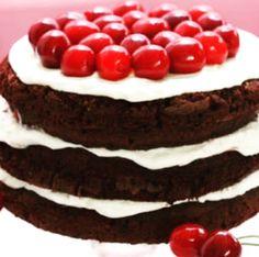 Sentindo falta de um belo bolo? Então prepara, que esse bolo delicioso de chocolate, chantilly e cereja, sem NADA de farinha ou açúcar vai matar todo e qualquer desejo de gordice que você tiver!…