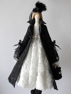 Tilda is 25 inch (65 cm) hoog dame. Een van een soort, unieke pop van natuurlijke materialen van hoge kwaliteit. Ze is het dragen van katoenen kant vacht en 3d weefsel lace dress. Het haar is gemaakt van kunstmatige haren Deze charmante pop kunt uw huis decoreren of een uitstekend