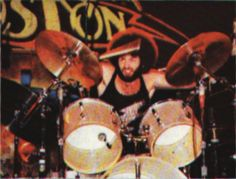 I've been looking around for the exact set up of not only the cymbals of Boston's immortal drummer but also the drum sizes and possibly heads he used. Brad Delp, Tom Scholz, Boston Band, Modern Drummer, Arena Rock, Ludwig Drums, Classic Rock Bands, Drummer Boy, Live Rock