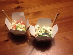 Wok to go van popcorn, gekleurde drop veters en soepstengels. Hoe leuk is die?!