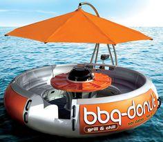 Oubliez les grillades au bord du lac,avec ce bateau en forme de Donut vous allez pouvoir pique-niquer sur l'eau. Il s'agit d'un géant beignet en forme de bateau équipé d'un barbecue pouvant accueillir jusqu'à10 personnes à bord.Il dispose d'un espace de rangement pour stocker vos objets de valeur ainsi que ceux de vos amis. Le barbecue est situé au centre du Donut. Le bateau a également été équipé d'un moteur hors-bord, et un parasol réglable pour vous protéger du soleil. Le produit est…