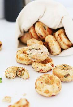 Doughnuts de focaccia aux trois saveurs: parmesan bacon, basilic tomates séchées et olives origan - focaccia donuts ...