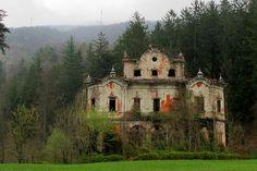 Abandoned 'Ghost Mansion': Urban Exploration at Villa de Vecchi