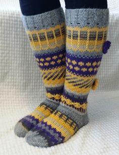 Willakatti: Ihanaiset Anelmaiset Knitting Socks, Knit Socks, Leg Warmers, Mittens, Lana, Creativity, Zapatos, Leg Warmers Outfit, Fingerless Mitts