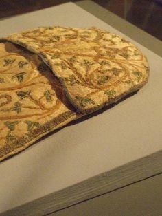 Trapezoidal purse. Bestickte Tasche mit Liebesgott und Liebespaar (GNM # T 1213) ca. 1301–1315. Germanisches Nationalmuseum.