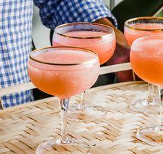 Rosé slushies Det skal du bruge:  En flaske rosévin 120 ml lemonade med smag efter eget valg Isterninger Pynt i form af blomster eller bær Sådan gør du: Frys vinen i isterningebakker natten over. Hæld isterningerne i en blender, og tilføj lemonaden. Blend indtil alle isterningerne er blevet knust, og til det har fået den ønskede konsistens. Servér drinken i de mest charmerende glas, du har i skabet, og pynt eventuelt drinken med et par bær eller en lille blomst (vi lover, det udløser…