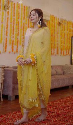 Pakistani Fashion Party Wear, Pakistani Wedding Outfits, Indian Bridal Outfits, Pakistani Party Wear Dresses, Beautiful Pakistani Dresses, Simple Pakistani Dresses, Pakistani Dress Design, Stylish Dress Designs, Stylish Dresses