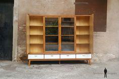 Buffet, vitrine, bibliothèque vintage en bois, tiroirs et portes. GENTLEMEN DESIGNERS