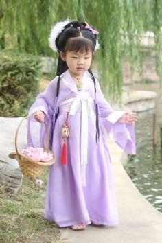 little kid wearing Hanfu