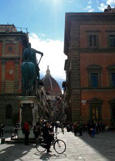 Piazza della Santissima Annunziata, Florence  Copyright @ The Daydreaming Tourist www.thedaydreamingtourist.com