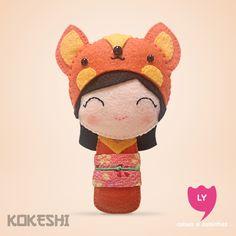 Curiosidade: Kokeshi (boneca em japonês) são bonecas de madeira produzidas artesanalmente. Sua primeira aparição foi em meados do período Edo (1600-1868), para serem vendidas como souvenir aos visitantes das fontes termais do nordeste do Japão. Elas também significam sorte e cada cor tem um significado.  #kokeshi #boneca #japão #laranja #orange #raposa #fox #alegria #happy #sorte #lucky #felt #lycoisasecoisinhas