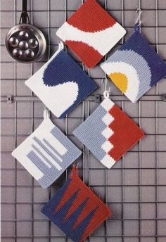 Crochet potholders schemes -graphs with explanations in German(? Scroll down f… - Topflappen Sitricken Crochet Placemats, Crochet Potholders, Crochet Squares, Crochet Motif, Crochet Designs, Crochet Patterns, Crochet Hot Pads, Crochet Home Decor, Crochet Kitchen