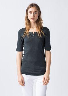Modernes 3/4 Arm Shirt mit rundem Halsausschnitt und kleiner Knopfleiste. Das T-Shirt hat einen geraden Verlauf und ist aus 100%-iger Baumwolle gefertigt. Durch die Verwendung eines leicht unregelmäßigen Garns mit kleinen Verdickungen, welches auch als Flammgarn bezeichnet wird, wird der Griff dieses Shirts besonders angenehm weich....