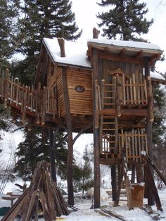 Indoor Gardening Quick, Clean Up, And Pesticide Free - Make Your Own Fancy Tree House Cool Tree Houses, Tree House Designs, Street House, Tree Tops, Cabins In The Woods, In The Tree, Tiny House, Building A House, Outdoor Living