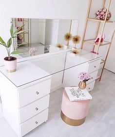 Beautiful simple white and gold beauty room makeup room beauty space Built In Dressing Table, Dressing Table Organisation, Dressing Table Glass Top, Dressing Table Ideas Ikea, Dressing Rooms, Dressing Table In Bedroom, Corner Dressing Table, Dressing Table Storage, Dressing Table Design