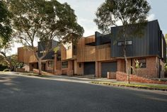 Each townhouse at Alphington has been designed with excellent connections to the outdoors, maximised access to north light, and natural ventilation. Architects Melbourne, Melbourne Architecture, Sustainable Architecture, Architecture Design, Archi Design, Facade Design, Recycled Brick, Recycling, Arch House