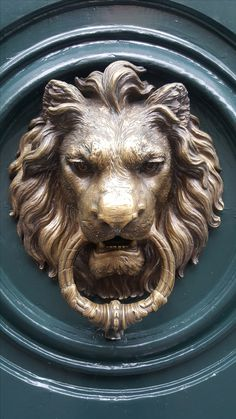 ALDABA DE LEON / LION DOOR KNOCKER Lion Door Knocker, Door Knobs And Knockers, Plaster Sculpture, Sculpture Art, Mini Mundo, Stone Lion, Creative Instagram Photo Ideas, Lion Art, Lions