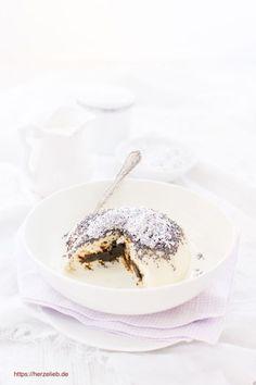 Süßspeisen Rezepte: Leckere, selbstgemachte Germknödel - das ist ein Stück Kindheit. Gefüllt mit Pflaumenmus - ein Rezept von herzeieb. #dampfnudeln #germknödel #foodblog #deutsch #herzelieb