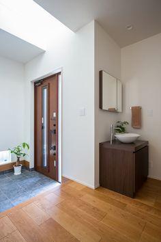 玄関を開けると吹抜けが広がり、明るい日差しがあふれて気持ちがよさそう。 Japanese House, Basin, Dining Room, Mirror, House Styles, Furniture, Home Decor, Ideas, Entryway