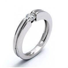 ITTACA, solitario de oro y diamantes. Anillo de compromiso tipo solitario, en el que el diamante central queda engastado al mismo nivel de la montura. Un diseño cómodo que combina perfectamente el clasicismo necesario para una pieza de joyería importante con un toque de modernidad en su diseño.