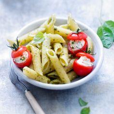 Découvrez la recette Penne au pesto et tomates cocktail farcies à la ricotta sur cuisineactuelle.fr.