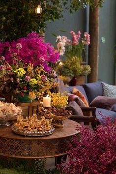 Taís Puntel assinou a decoração de casamento colorida e intimista, com…