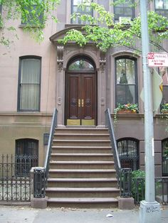 El departamento en el que vivía Carrie Bradshaw está en Perry Street en Nueva York, tal vez no puedes visitarlo pero al menos puedes sentarte en esa escalera que guarda desde lágrimas por Mr. Big hasta grandes momentos con sus amigas.