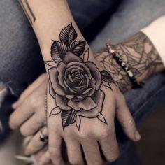 rose schwarz wei hand tattoo ideen pinterest blumen. Black Bedroom Furniture Sets. Home Design Ideas