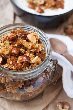 Dieses Ahornsirup-Knuspermüsli mit Nüssen und Meersalz ist in fünf Minuten vorbereitet und unwiderstehlich gut - kochkarussell.com