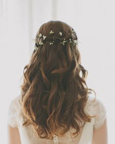 Brautfrisur offene haare wellen hochzeit waterfall braid with baby s breath waterfall braids with babys breath Bridal Hair And Makeup, Hair Makeup, Braided Hairstyles For Wedding, Hairstyle Wedding, Hair Wedding, Wedding Makeup, Elegant Hairstyles, Bridal Hairstyles, Hairstyles Haircuts