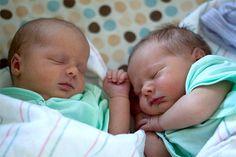 Resultado de imagen para 2 gemelas bebes