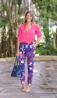 Look do dia - look de trabalho - moda corporativa - moda executiva - work outfit - office outfit - work wear  - look verão - summer - pink - camisa pink - calça estampada - calça social - casual friday - sandália - azul e pink - blue and pink