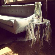 MESA FANTASMA La mesa Illusion por Essey es una afirmación de belleza, simpleza y funcionalidad. Con una elegancia hecha de acrílico hace parecer un mantel transparente, pero cada una está hecha a mano por lo que resulta en objetos únicos y bellos. El diseñador es John Brauer.