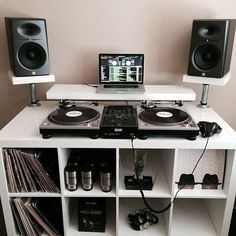 Dj controllers : Advantages of been a digital DJ controller Dj Studio, Music Studio Room, Studio Setup, Home Music Rooms, House Music, Cabine Do Dj, Turntable Setup, Dj Stand, Record Stand