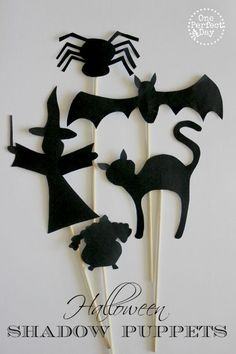 Halloween There is something so magical about shadow puppets, isn't there? These adorable Halloween shadow puppets are so much fun and will encourage lots of imagi Diy Halloween, Moldes Halloween, Bricolage Halloween, Theme Halloween, Manualidades Halloween, Halloween Crafts For Kids, Halloween Activities, Holidays Halloween, Halloween Patterns