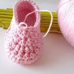Crochet School: how to make baby shoes L Scuola di Uncinetto: come si fanno le scarpine per neonati Little star The prototype of the unisex baby shoes is finished - Crochet Baby Socks, Booties Crochet, Baby Girl Crochet, Crochet Baby Clothes, Love Crochet, Baby Knitting Patterns, Crochet Patterns, Baby Bootees, Beading Patterns Free