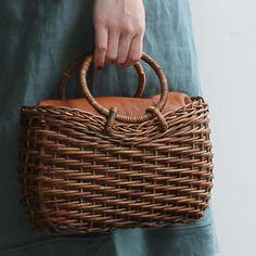 circular basket bag with ring handles - Einkaufen Willow Weaving, Basket Weaving, Basket Bag, Weaving Art, Handmade Bags, Beautiful Bags, Wicker Baskets, Bag Making, Straw Bag