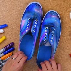 DIY Galaxy Printed Shoes - We have just the fashion & design tips and tricks, that we just can't get enough of! Diy Galaxy Shoes, Galaxy Outfit, Diy Crafts Hacks, Diys, Diy Projects, Diy Galaxie, Galaxy Crafts, Galaxy Projects, Sharpie Shoes